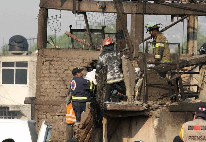 El gobierno otorgó 25 mil pesos para daños, material de construcción y otros insumos, 10 mil pesos para lo que necesiten los afectados y 15 mil pesos más por vehículo dañado. (Notimex)