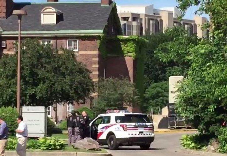 Tras una llamada de emergencia, la policía llegó a la Universidad de Toronto. (Twitter)