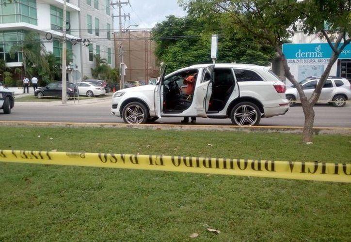 El vehículo de la víctima fue remolcada a los patios de la Fiscalía. (Eric Galindo/SIPSE)