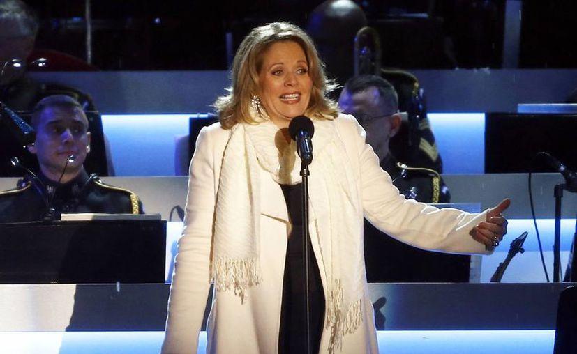 Renee Fleming cantó el himno nacional antes del segundo juego de la Serie Mundial de 2003 en el Yankee Stadium. (Agencias)