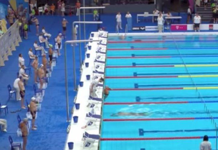 El nadador de 71 años, se quedó parado en su carril mientras sus rivales comenzaban la prueba. (Foto: YouTube)