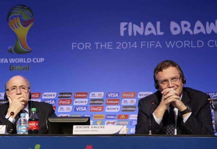 Joseph Blatter (i) y Jerome Valcke, presidente y secretario general de la FIFA, durante una conferencia a un día del sorteo mundialista. (Agencias)