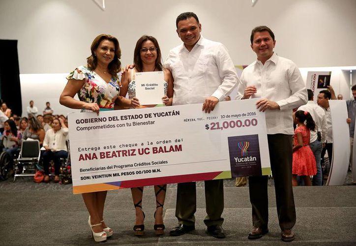 Este martes el gobernador Rolando Zapata entregó los primeros 479 Créditos Sociales (cheques) del año a igual número de jefas de familia, con valor de más de 12 millones de pesos. (Foto cortesía del Gobierno de Yucatán)