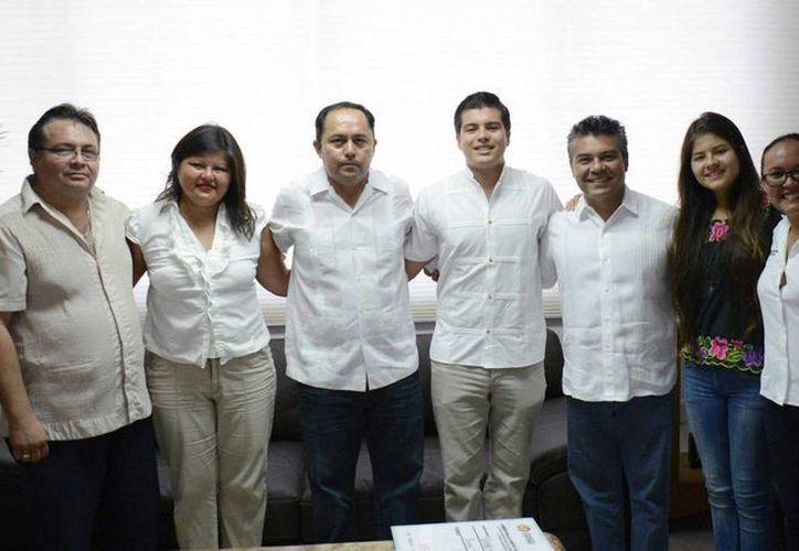 Los hermanos Luis Miguel y Vanessa Michel López García recibieron de las autoridades estatales y municipales apoyo económico para el traslado al concurso.  (Redacción/SIPSE)