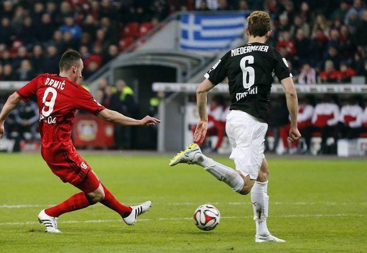 Este es el momento en que Josep Drmic anota uno de sus dos goles en partido en que Leverkusen gnaó 3-0 al sotanero Stuttgart en la Liga de Alemania. (Foto: AP)
