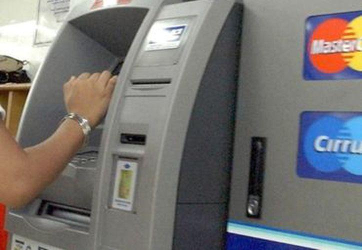 Entre las alternativas está el uso de cajeros automáticos, llamadas telefónicas y consulta en páginas de internet. (Notimex)