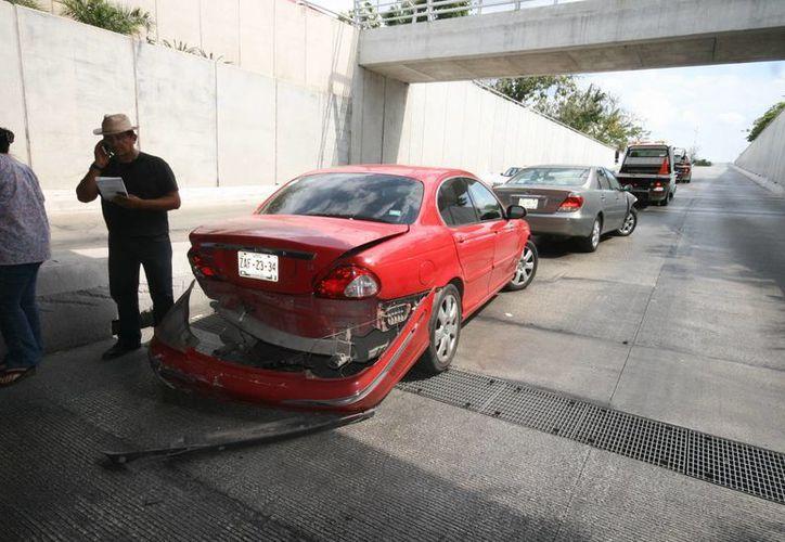 La colisión múltiple fue provocado por el frenado repentino de un Camry en el Paso Deprimido en Mérida. (Milenio Novedades)