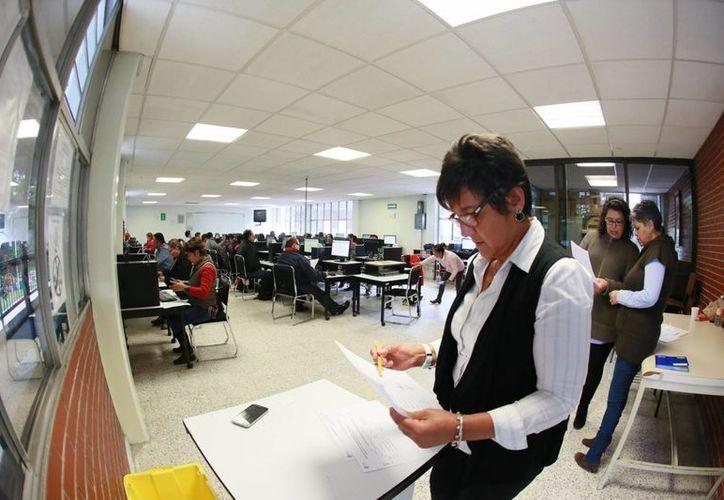 Imagen de un grupo de maestros en una evaluación de la SEP. Este fin de semana se realizará el concurso para el ingreso y promoción para docentes. (Archivo/Notimex)