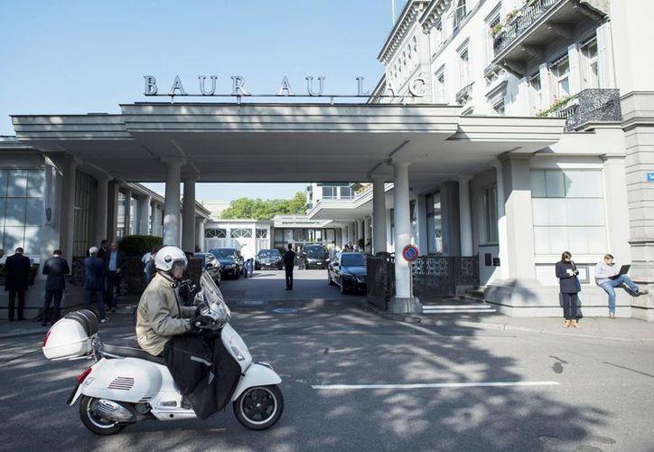 Imagen del hotel de cinco estrellas Baur au Lac en Zúrich, Suiza, donde seis directivos de la FIFA, representantes del futbol latinoamericano, fueron arrestados hoy. (Ennio Leanza/Keystone via AP)