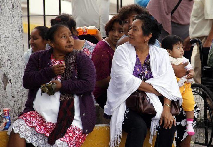 Los meridanos de nuevo sacaron sus prendas abrigadoras al descender ayer la temperatura. (Juan Albornoz/SIPSE)