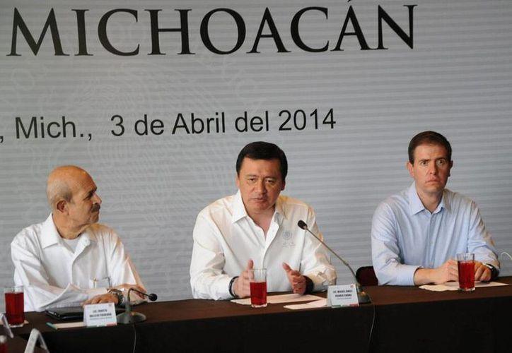 El secretario de Gobierno, Miguel Ángel Osorio Chong (centro), aseguró que irán a fondo en la investigación contra el secretario de Gobierno de Michoacán, Jesús Reyna, detenido ayer por la PGR. En la imagen, lo acompañan, Fausto Vallejo (izq.), y Alfredo Castillo. (NTX)