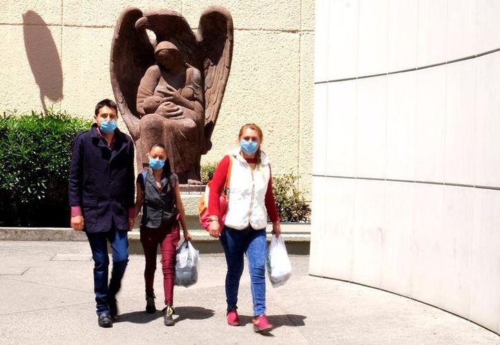 Silvestre Parra, al momento de salir del hospital La Raza acompañado de sus familiares. ( Redacción)