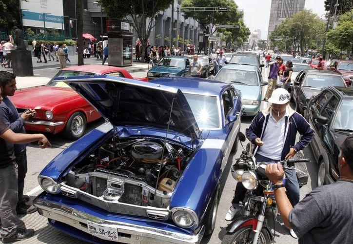 Los vehículos antiguos deberán demostrar que cumplen con los límites de emisiones contaminantes para poder circular. (Archivo/Notimex)