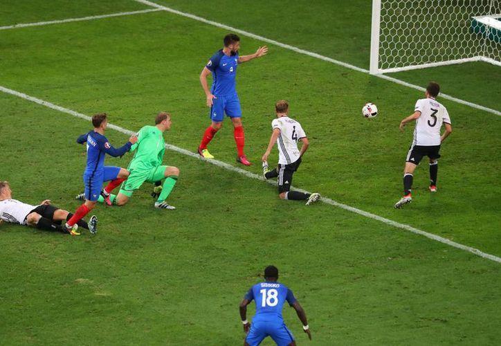 Griezmann (segundo desde la izquierda) anota el segundo gol que mató las aspiraciones alemanas en la Eurocopa. (Fotos: AP)