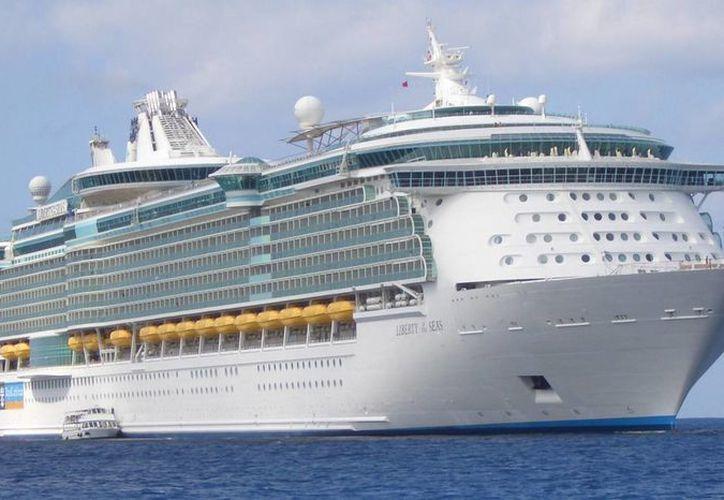 Un pasajero del crucero Liberty of the Seas , propiedad de Royal Caribbean, se arrojó al mar cerca de los llamados Cayos de Florida. (cruisefellows.com)