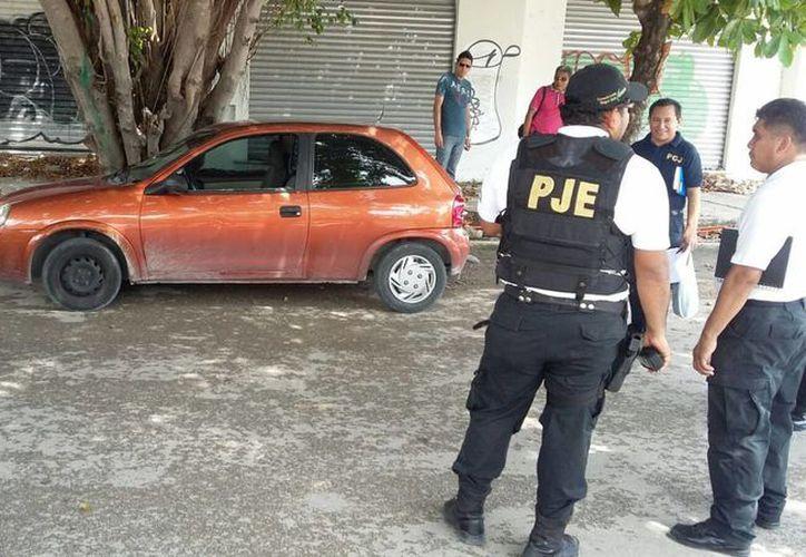 El Chevy robado por los asaltantes fue abandonado a unas cuadras de donde fue el atraco. (Redacción/SIPSE)