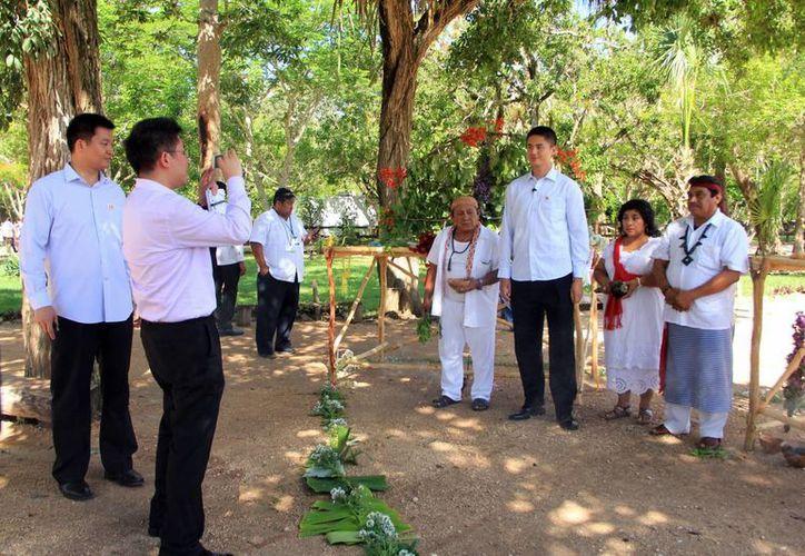 Los visitantes orientales se llevaron múltiples estampas de Chichén. (José Acosta/SIPSE)