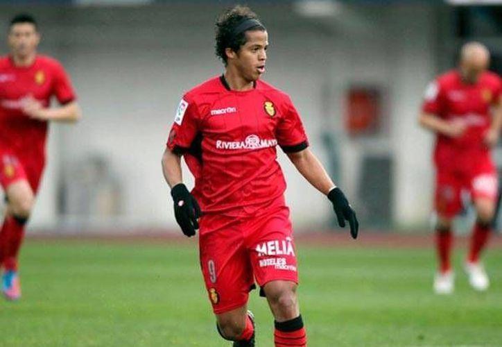Gio es titular indiscutible en el Villarreal y ya jugó el Mundial de Sudáfrica 2010 con México. (record.com.mx/Archivo)