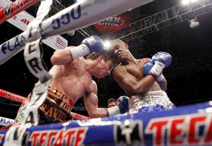 Carmona (d) fue contratado de última hora para pelear contra 'El Travieso' Arce. (boxeomundial.com)
