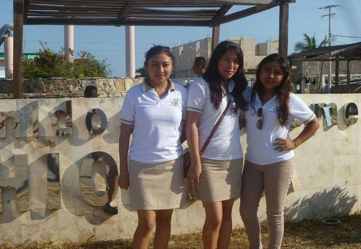 Universitarias de Valladolid, Yucatán, visitaron la isla. (Raúl Balam/SIPSE)