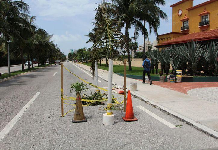 Los baches en el bulevar turístico se 'cubren' con cuerdas para evitar accidentes. (Paola Chiomante/SIPSE)