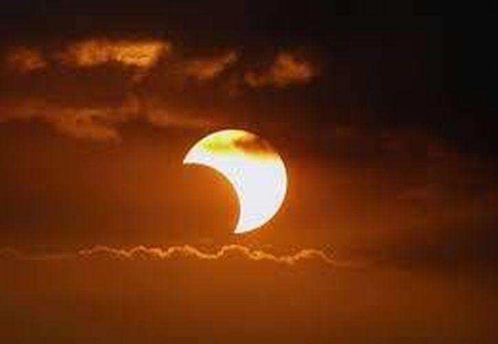 Recomiendan no fijar la vista, porque, incluso cuando el eclipse se ha completado, un rayo de sol puede causar dolor en los ojos. (Foto de Contexto/Internet)