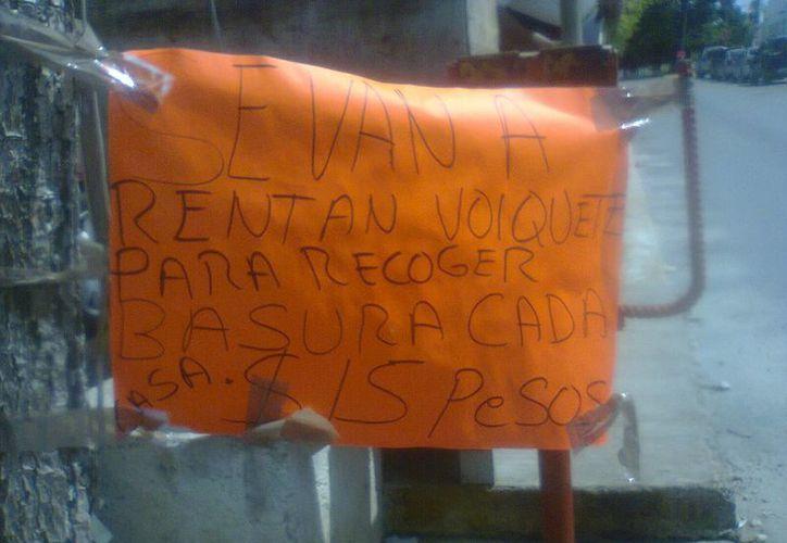 Un letrero improvisado en la entrada del fraccionamiento, para avisar del costo para la recolección de basura. (Tomás Álvarez/SIPSE)