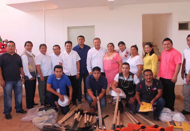 La entrega fue en las oficinas de Protección Civil. (Raúl Balam/SIPSE)