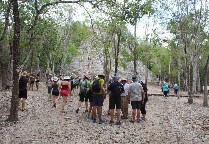 La zona arqueológica recibe diariamente alrededor de mil turistas, cuando en temporada alta ingresan hasta mil 500 visitantes. (Sara Cahuich/SIPSE)