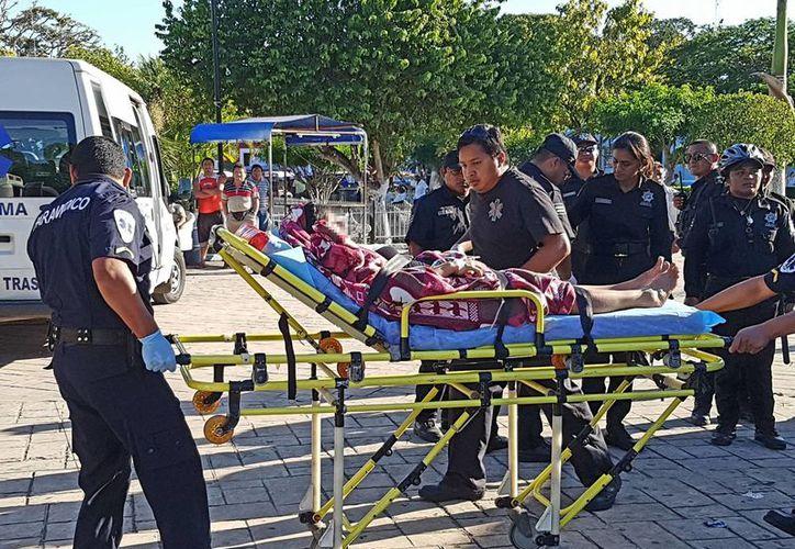 La madre fue atendida por los paramédicos de una ambulancia y luego trasladada, junto con su bebé, a un hospital de Mérida. (Milenio Novedades)