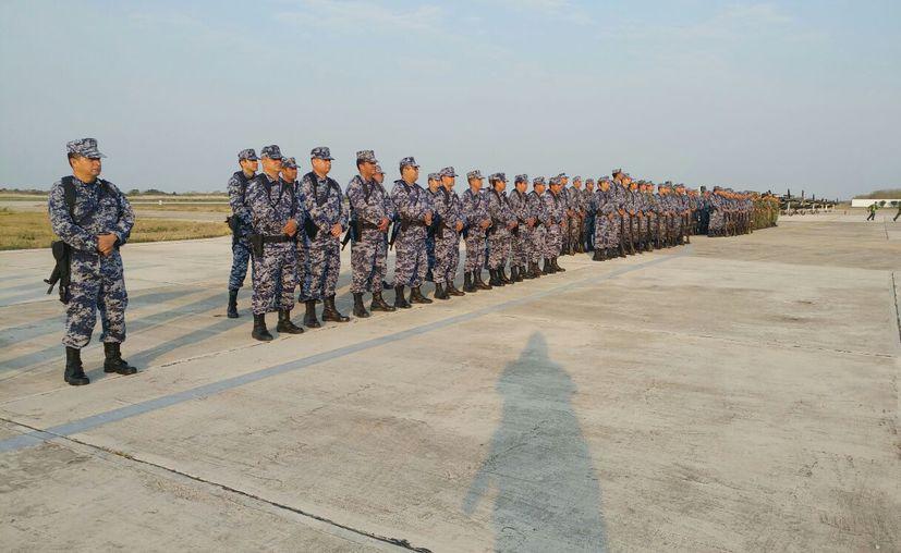 Cadetes del Colegio del Aire se despidieron, en el aeropuerto de Mérida, tras su visita como parte de sus prácticas. (José Acosta/SIPSE)