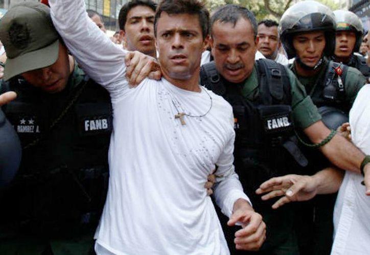 Imagen del momento en que el dirigente Leopoldo López fue detenido  el 18 de febrero de 2014.    Fue condenado a casi 14 años de prisión por los delitos de instigación pública, entre otros. (Archivo/Agencias)