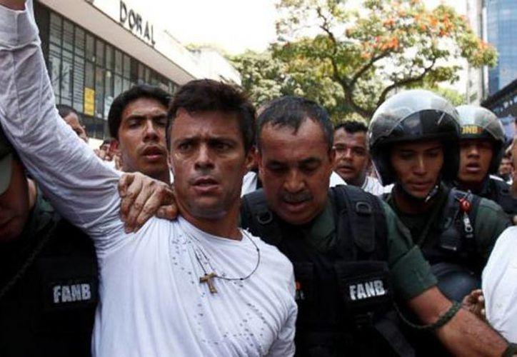 Imagen del opositor Leopoldo López al momento de ser detenido. (Agencias)