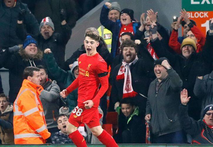El Liverpool gana al Leeds y ya está en semis de la Copa de la Liga inglesa. En la foto, el adolescente récord Ben Woodburn celebra su gol con el Liverpool. (AP)