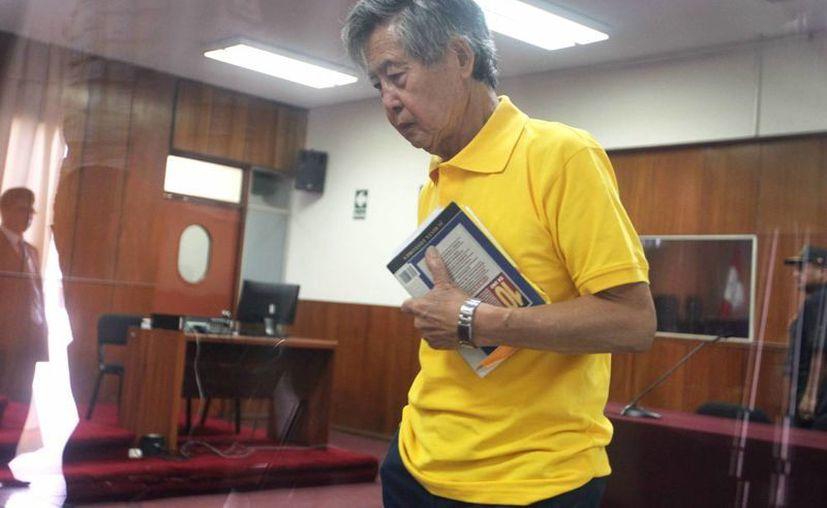 El expresidente peruano Alberto Fujimori es visto en la audiencia del juicio oral que se le sigue por la compra de la línea editorial de los diarios sensacionalistas durante su gobierno. (EFE)