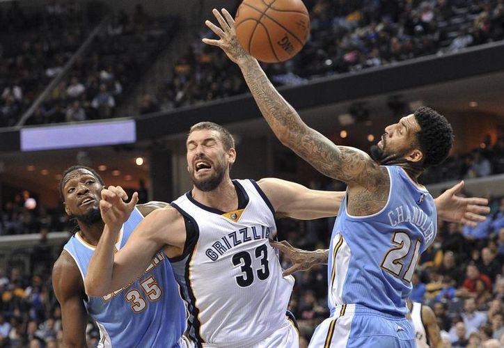 Marc Gasol (33), de Grizzlies, quien aparece flanqueado por Kenneth Faried (35) y Wilson Chandler (21), de Nuggets, formará parte del Juego de Estrellas de la NBA. (Foto: AP)