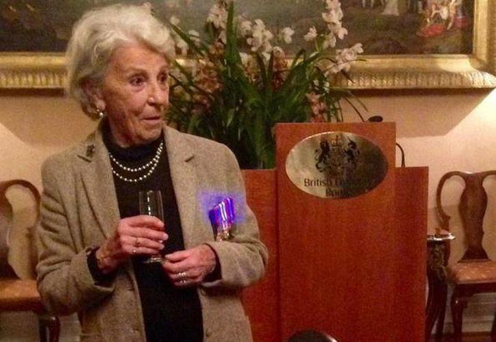 Rossana Banti dijo sentirse honrada, conmovida y también sorprendida, ya que ignoraba ser una heroína de la guerra. (Twitter/@UKinItalia)