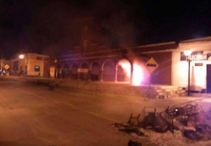 Los habitantes de Bolonchén quemaron muebles y documentos del palacio. (Twitter.com/@todosociales)