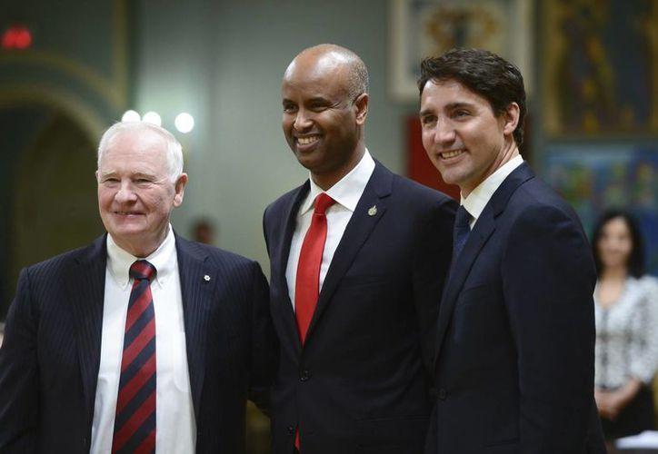 Ahmed Hussen (centro) es el nuevo ministro de Inmigración. Hussen nació y creció en Somalia y emigró a Canadá en 1993. (Sean Kilpatrick/The Canadian Press-AP)