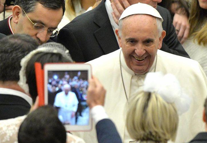 El papa Francisco (dcha) saluda a los fieles durante su audiencia general en el aula Pablo VI en el Vaticano. (EFE)