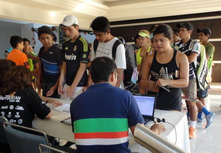El día de ayer se llevó a cabo las inscripciones de los tenistas que buscan calificar a la Copa Yucatán, torneo que iniciará el próximo lunes 21 de noviembre.(Milenio Novedades)