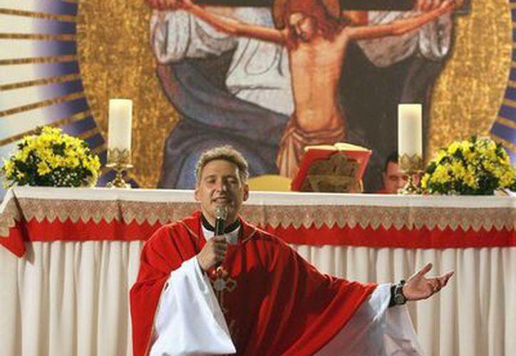 Marcelo Rossi, el mayor exponente de la renovación católica en Brasil y reconocido mundialmente como cantante religioso, se dirige a sus fieles en Sao Paulo, Brasil. (EFE)