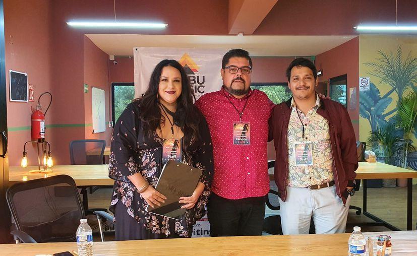 En la mesa el compositor Manu Moreno con los cantautores cancunenses Perla y Waldo López. (Jocelyn Díaz).