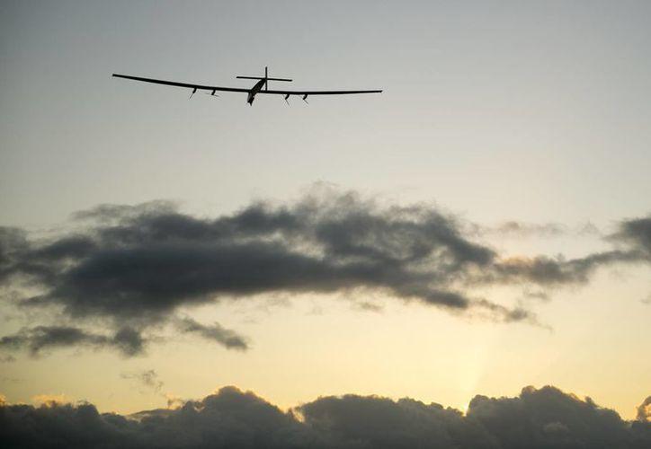 El avión Solar Impulse 2 parte del aeropuerto de Kalaeloa, Hawai, el 21 de abril del 2016, en una nueva etapa de su vuelta al mundo. (Agencias)