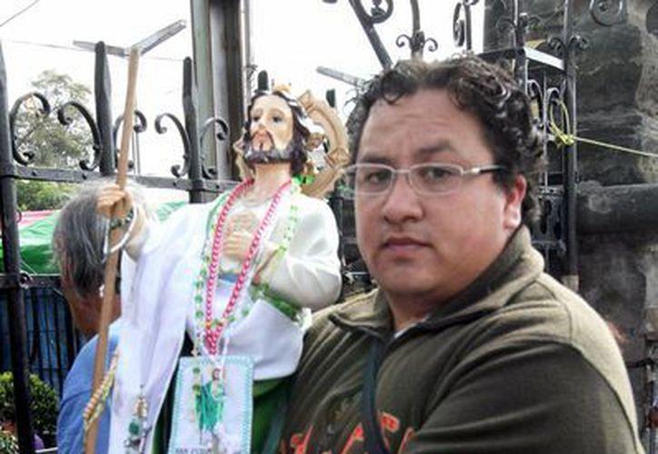 Cientos de fieles acudieron a la iglesia de San Hipólito en la Ciudad de México en conmemoración a su día. En la imagen un hombre sostiene al Santo para su bendición. (Archivo/Notimex)