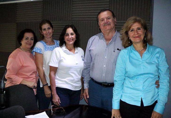 Representantes de asociaciones civiles, que apoyan a niños con cáncer, hablaron sobre la forma de combatir la enfermedad, durante el programa de radio Salvemos una Vida, de Grupo SIPSE. (Jorge Acosta/SIPSE)