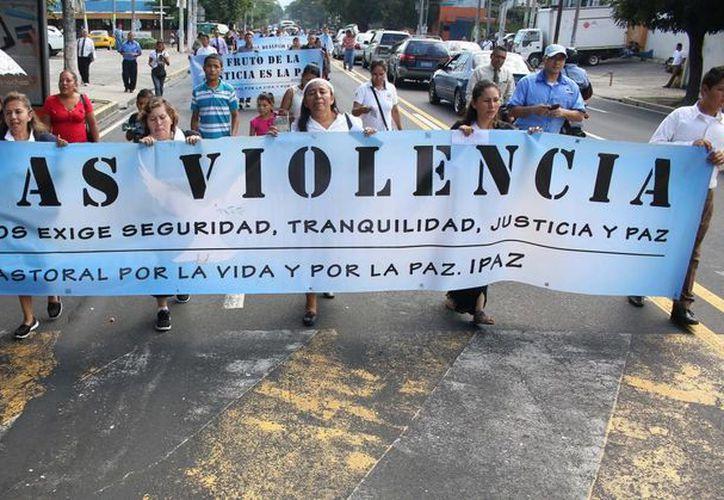 Miembros de la Iniciativa Pastoral por la Vida y por la Paz (IPAZ), que aglomera a iglesias protestantes y luteranas de El Salvador, marchan para pedir a las pandillas detener la ola de violencia. (EFE)