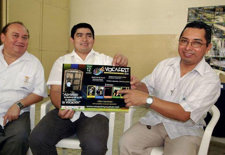 Los sacerdotes mostraron un cartel del Vocafest. (Milenio Novedades)