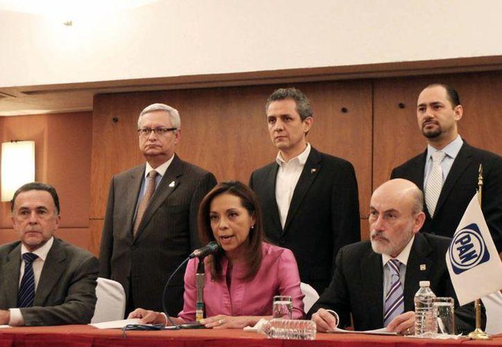 Josefina Vázquez Mota hizo el anuncio acompañada de acompañado de sus correligionarios Carlos Medina Plascencia y Luis Felipe Bravo Mena. (Notimex)