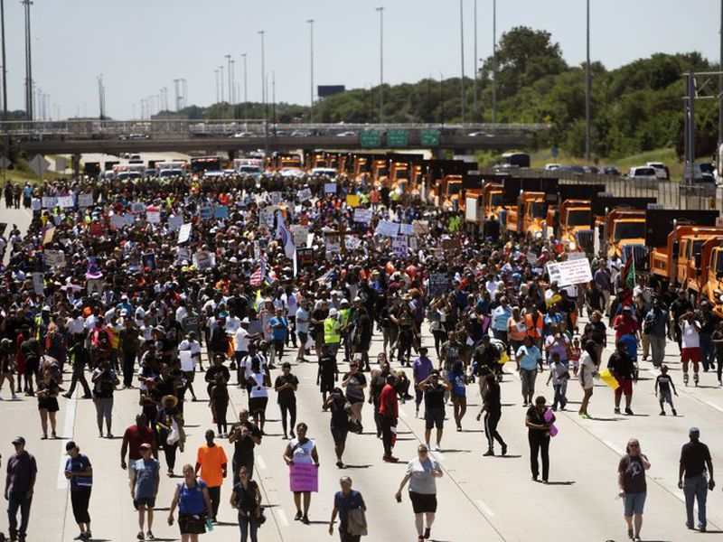 Thousands of anti-violence protesters pour into the inbound lanes of Interstate 94 known as the Dan Ryan Expressway. (AP)